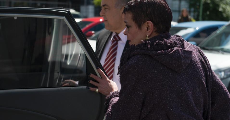 26.set.2013 -  Dra. Virginia Soares de Souza chega ao tribunal do juri acompanhada do advogao Elias Mattar Assad. A Dra Virginia e acusada de encurtar a vida de pacientes internadas na UTI do Hospital Evangelico em Curitiba