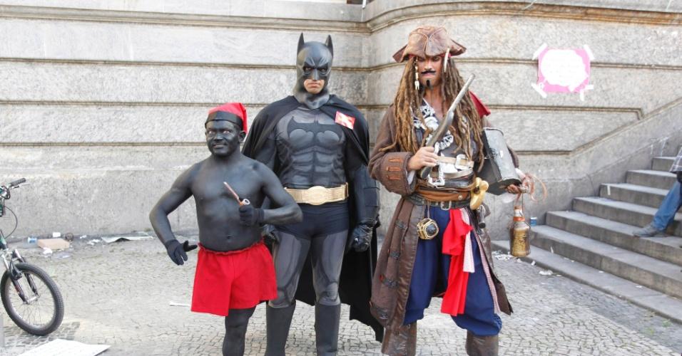 26.set.2013 - Manifestante fantasiado de Batman volta às ruas um dia depois de ser preso no Rio de Janeiro