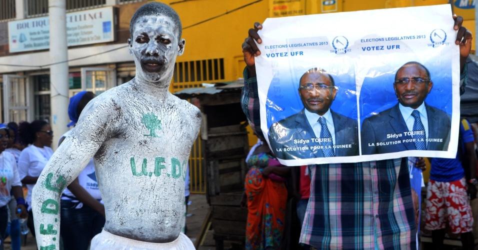 26.set.2013 - Manisfestantes da oposição se reúnem no último dia de campanha para as eleições parlamentares em Conacri, na Guiné. O país terá no dia 28 de setembro as primeiras eleições parlamentares em mais de uma década