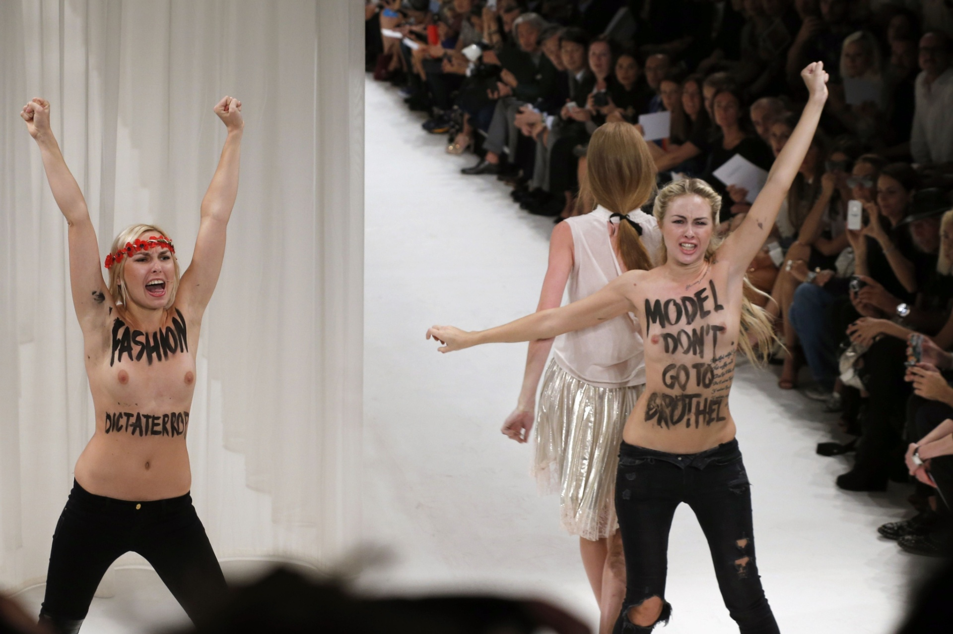 26.set.2013 - Nesta foto, outra manifestante se junta ao protesto com a frase