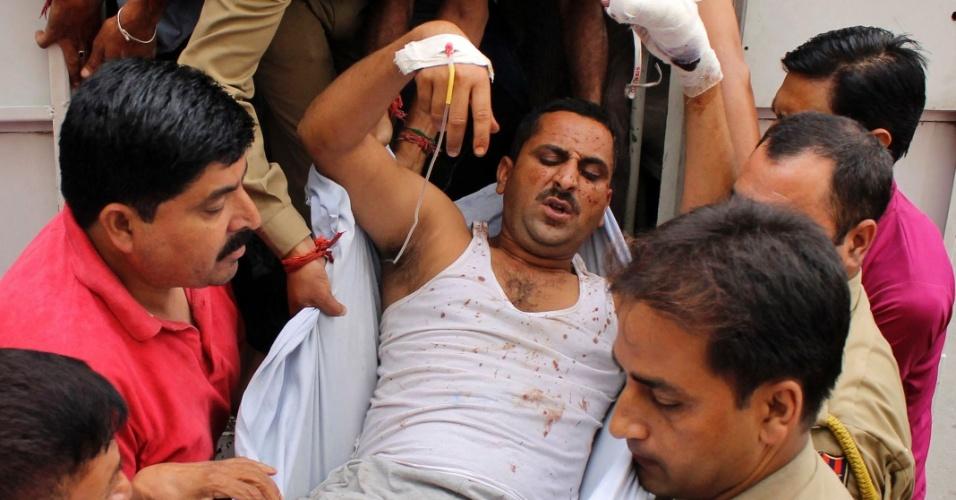 26.set.2013 - Policial ferido é levado nesta quinta-feira (26) a hospital, em Jammu, próxima à Caxemira (Índia). Ataques contra delegacia e quartel militar deixaram ao 10 mortos na Caxemira