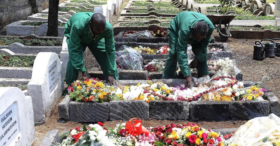 26.set.2013 - Trabalhadores de cemitério preparam flores no túmulo do jornalista queniano Ruhila Adatia-Sood para cerimônia fúnebre em Naióbi. Ruhila Adatia-Sood foi assassinado por pistoleiros no ataque ao shopping Westgate, que durou vários dias e matou dezenas