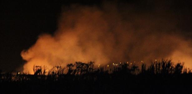 Aeronave de pequeno porte carregada com drogas e armas foi abatida e pegou fogo; suspeitos fugiram