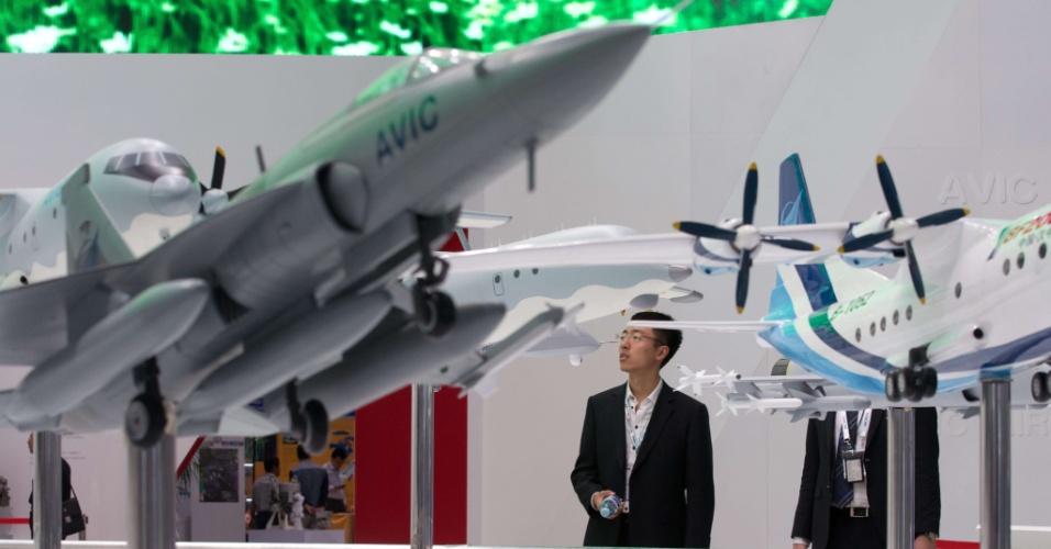 26.set.2013 - Visitante olha para modelo de aeronave no Exposição Internacional de Avião em Pequim, na China, que vai até 28 de setembro