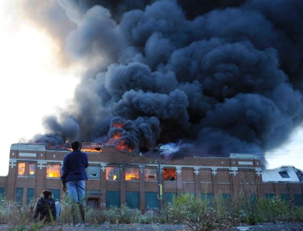 26.set.2013 - Moradores observam fumaça em prédio abandonado nesta quinta-feira (26) após incêndio na estrutura, em Detroit, Estado de Michigan (Estados Unidos). Ninguém ficou ferido, segundo a polícia. O prédio já sediou uma empresa de caminhões e uma fábrica de pães