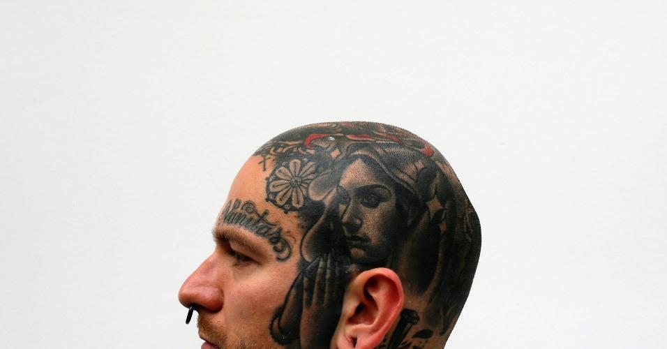 27.set.2013 - Jakub mostra as tatuagens que possui na cabeça durante a 9ª Convenção Londrina Internacional de Tatuagem, em Londres, nesta sexta-feira (27)