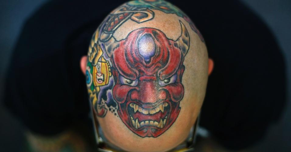 27.set.2013 - Matt Grosso mostra a tatuagem que possui no topo da cabeça durante a 9ª Convenção Londrina Internacional de Tatuagem, em Londres, nesta sexta-feira (27)