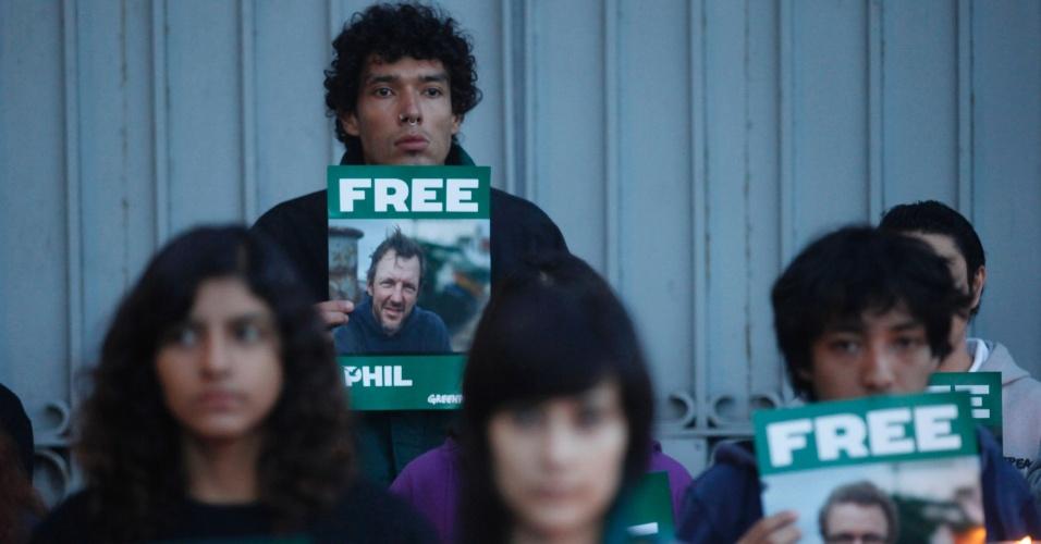 27.set.2013 - Membros do Greenpeace fazem manifestação em frente à Embaixada da Rússia na Cidade do México, no México, com retratos de colegas que foram detidos no Ártico quando tentavam escalar uma plataforma de petróleo. Do  grupo, 22 ativistas tiveram prisão preventiva decretada por dois meses e oito aguardam nova audiência, incluindo uma bióloga brasileira