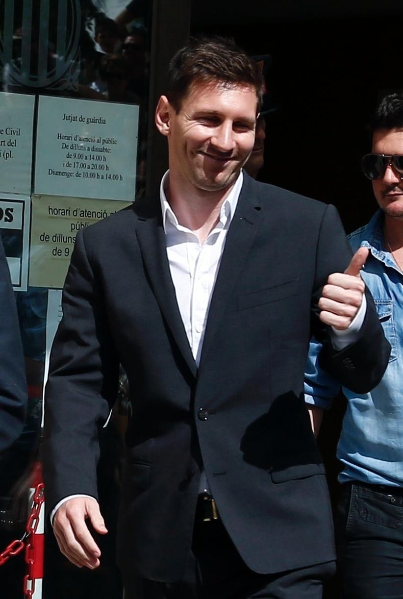 27.set.2013 - O atacante Lionel Messi esteve em um tribunal na cidade de Gava, perto de Barcelona, nesta manhã, para depôr sobre o caso de fraude fiscal em que está envolvido com seu pai, Jorge. Eles possuem dívida de 5 milhões de euros em impostos e, para resolver o caso, Messi propôs um acordo com a Justiça