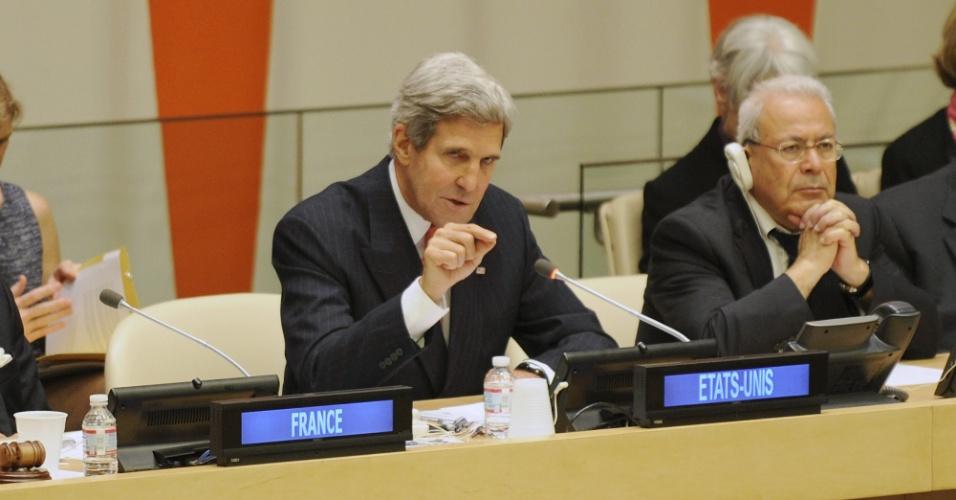 """27.set.2013 - O Secretário de Estado norte-americano, John Kerry, disse que é necessário uma ação vigorosa e maior compromisso diplomático diante do impacto das mudanças climáticas no nosso planeta. """"Este é mais um alerta: Aqueles que negam a ciência ou optam por desculpas no lugar da ação estão brincando com fogo"""", diz comunicado do diplomata ao comentar o novo relatório científico do Painel Intergovernamental sobre Mudanças Climáticas (IPCC, na sigla em inglês)"""