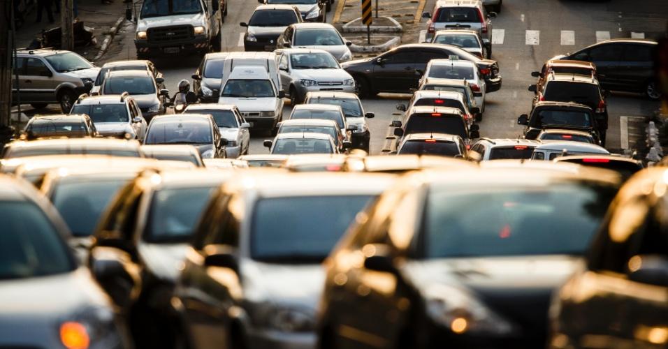 27.set.2013 - O trânsito na avenida Cerro Corá, na Vila Madalena, zona oeste de São Paulo, ficou bastante intenso no final da tarde desta sexta-feira (27)