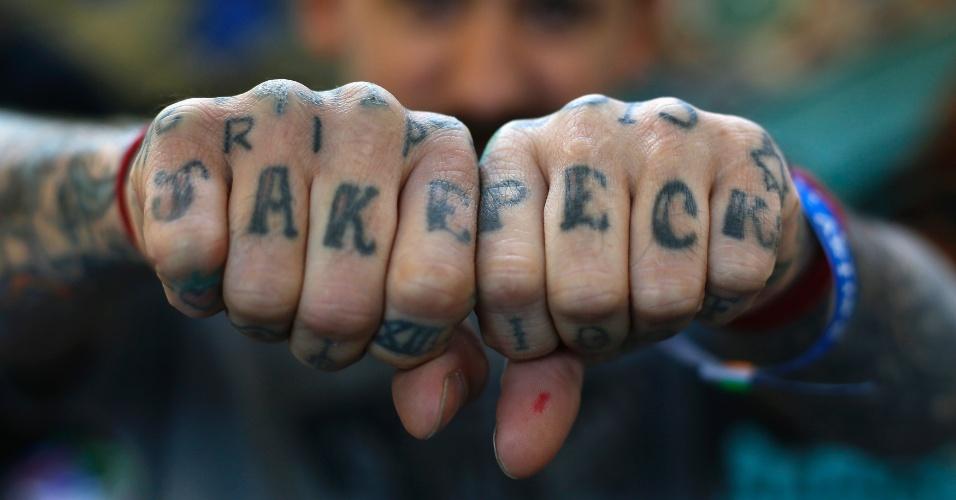 27.set.2013 - Oliver mostra as tatuagens feitas nas suas mãoes durante a 9ª Convenção Londrina Internacional de Tatuagem, em Londres, nesta sexta-feira (27)