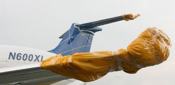 Asa do jato Legacy, que se chocou no ar com o Boeing-737/800 da Gol, na base aérea da serra do Cachimbo, em Novo Progresso (PA)