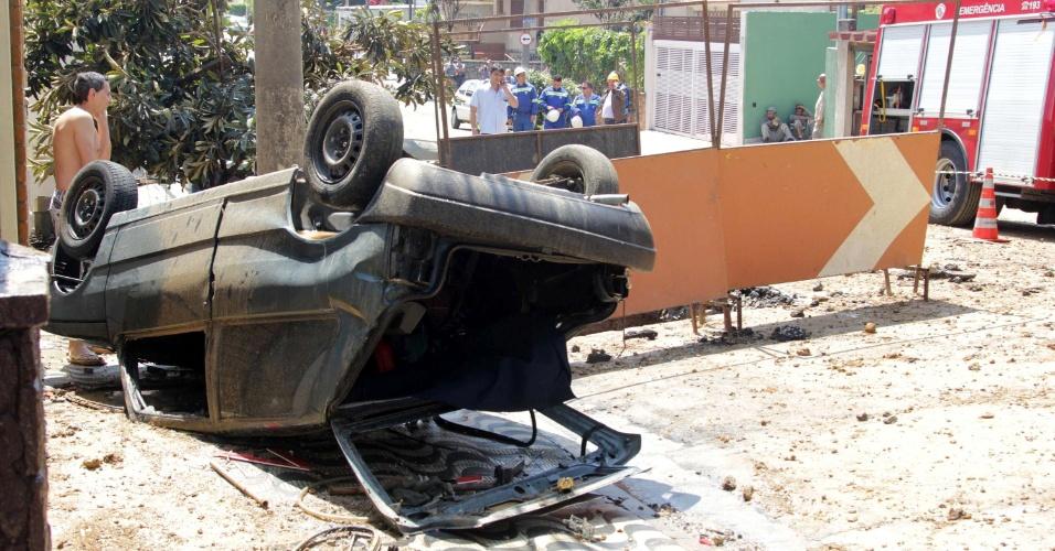 23.set.2013 - A explosão de uma tubulação da Sabesp (Companhia de Saneamento Básico do Estado de São Paulo) na manhã deste sábado (28), na rua Vasconcelos Drumond, no bairro do Ipiranga, em São Paulo, fez com que um carro e uma chapa de aço fossem arremessados. O veículo ficou totalmente destruído. Uma pessoa se feriu e foi encaminhada para o hospital João 23