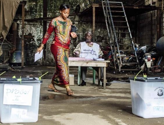 28.set.2013 - Eleitora se prepara para votar na Guiné, neste sábado (28). São as primeiras eleições parlamentares em mais de dez anos na república africana. Mais de 5 milhões de eleitores estão aptos a votar e cerca de 1.800 candidatos disputam 114 cadeiras no parlamento do país