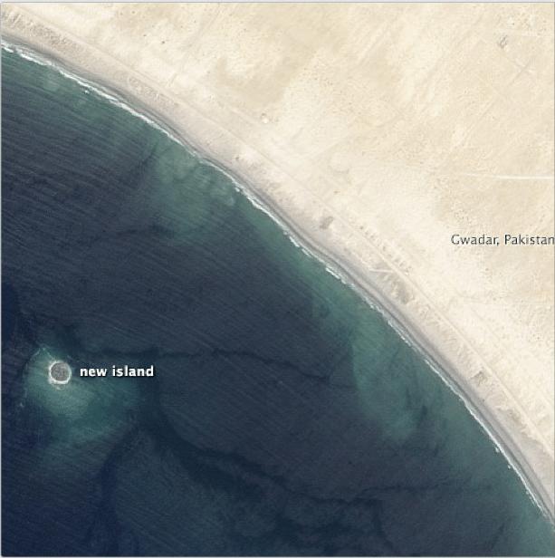 28.set.2013 - Imagem captada por satélite da Nasa mostra a pequena ilha que surgiu na costa paquistanesa após o terremoto de magnitude 7.8 que atingiu o país nesta semana e matou centenas de pessoas. A ilha é rochosa e emite um gás inflamável, batizada pelos cientistas de 'vulcão de lama'. A ilha, de aproximadamente 214 metros de extensão e 16 metros de altura, deve desaparecer dentro de alguns anos, de acordo com os cientistas