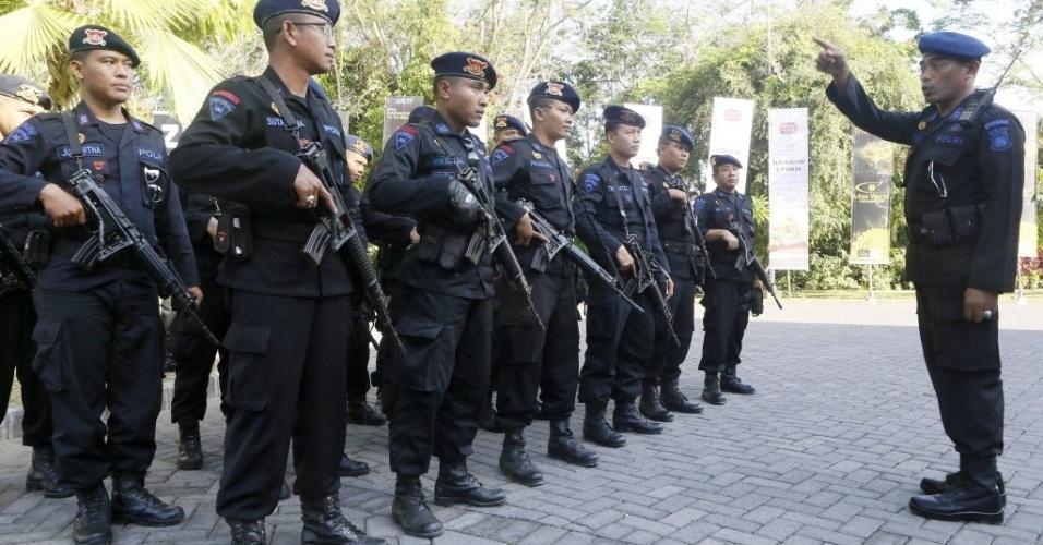 28.set.2013 - Policiais da Indonésia montam guarda em entrada de auditório que abrigará a final do Miss Mundo 2013, neste sábado (28). O concurso acontece na ilha de Bali e é transimitido com exclusividade pelo UOL