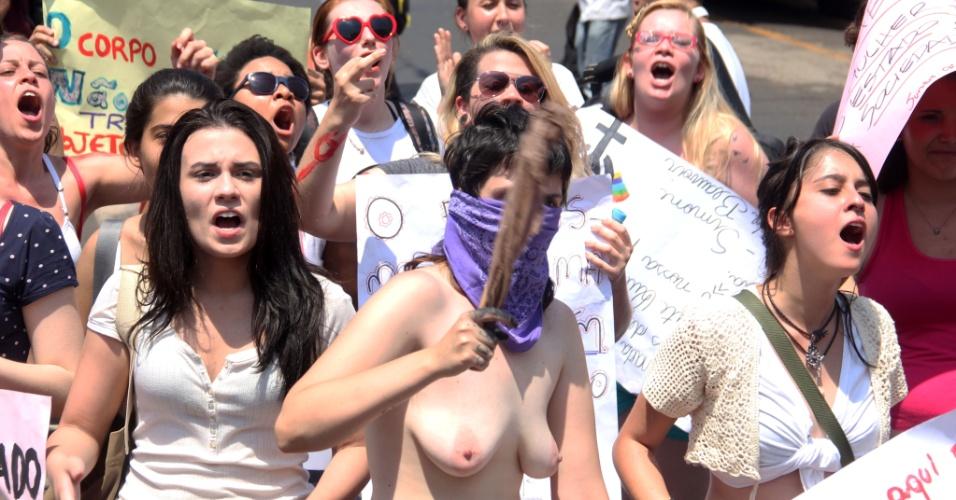 28.set.2013 - Ativista exibe os peitos durante Marcha das Vadias realizada pela primeira vez pelas ruas do centro de Ribeirão Preto, no interior de São Paulo. As manifestantes reivindicam ainda políticas públicas de combate à violência contra a mulher