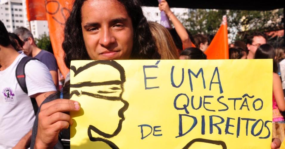 28.set.2013 - Ativista participa de marcha pela legalização do aborto realizada no vão livre do MASP (Museu de Arte de São Paulo), na avenida Paulista, região central de São Paulo (SP).  O ato é organizado por diversas organizações sociais e movimentos feministas em comemoração ao Dia Latino Americano de Luta pela Legalização do Aborto