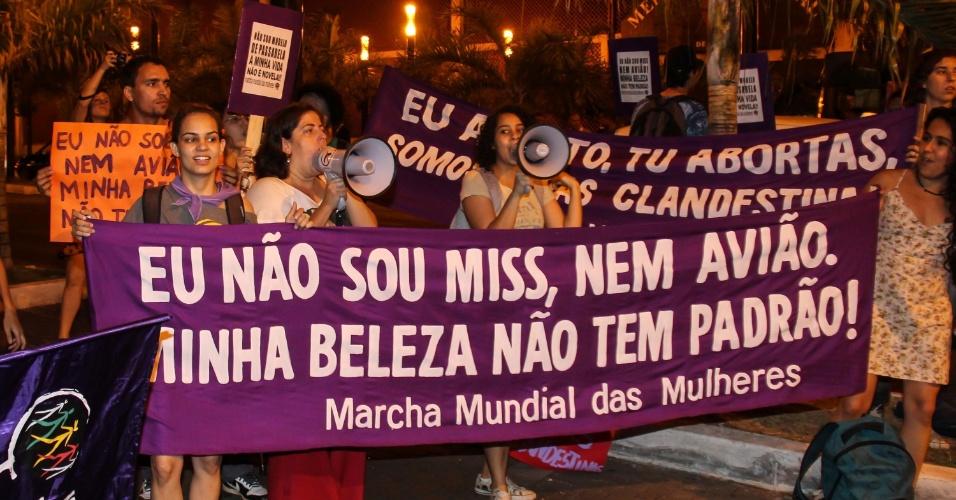 28.set.2013 - Ativistas da Marcha Mundial das Mulheres realizam protesto antes do Miss Brasil 2013, realizado em Belo Horizonte, neste sábado (28)
