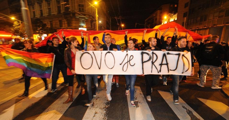 """28.set.2013 - Ativistas dos direitos gays exibem faixa onde se lê """"Este é o orgulho"""", durante protesto contra a proibição da realização da Parada Gay na Sérvia pelo terceiro ano consecutivo, em Belgrado"""