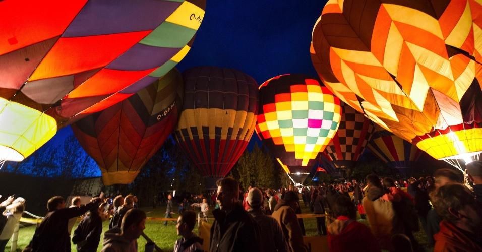 28.set.2013 - Balões de ar quente decorados são preparados para alçar voo durante o campeonato canadense de balonismo, em High River (Canadá)
