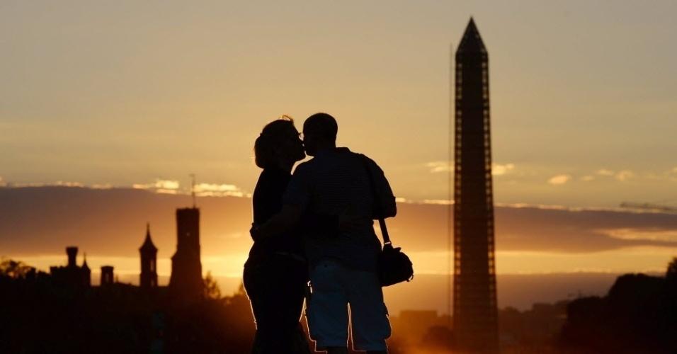 28.set.2013 - Casal se beija durante pôr-do-sol perto do Capitólio e com o National Mall e o Monumento de Washington atrás, em Washington (EUA), neste sábado (28)