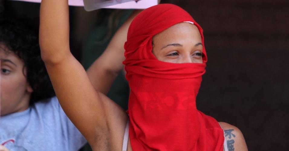28.set.2013 - Com o rosto coberto, ativista participa de Marcha das Vadias realizada pela primeira vez pelas ruas do centro de Ribeirão Preto, no interior de São Paulo. As manifestantes reivindicam ainda políticas públicas de combate à violência contra a mulher