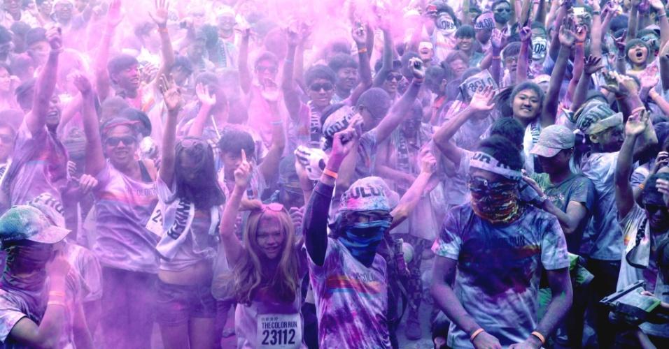 """28.set.2013 - Competidores cobertos de pó colorido celebram o final da """"Colour Run"""", prova de corrida de rua em Taipei (Taiwan)"""