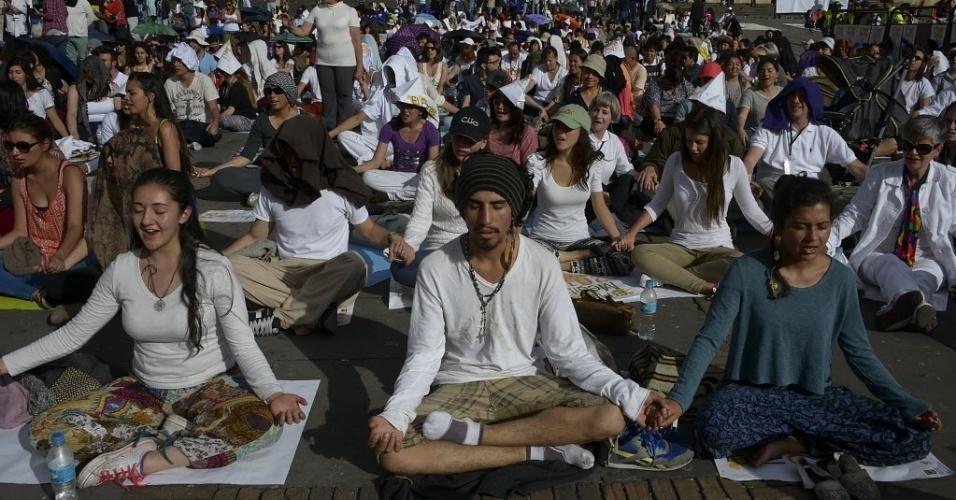 28.set.2013 - Centenas de pessoas participaram de sessão coletiva de meditação na praça Bolívar, em Bogotá (Colômbia), neste sábado (28). O evento foi realizado em 300 cidades em cem países