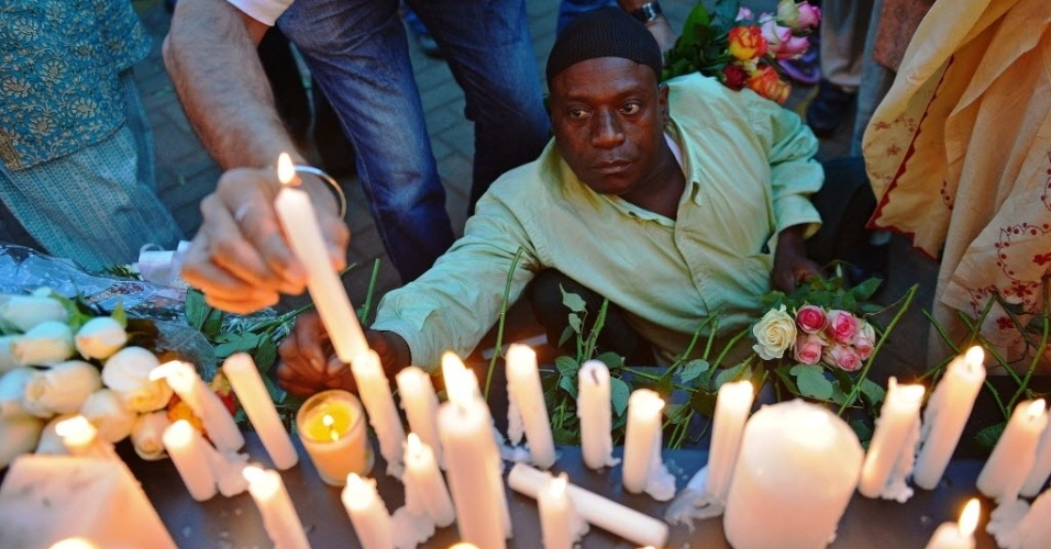 28.set.2013 - Homem acende velas durante uma vigília de 24 horas pelas vítimas do atentado em um shopping do Quênia, que aconteceu no último dia 28 de setembro. Uma semana depois do ataque, que matou 67 civis e policiais e cuja autoria foi reivindicada pelo grupo militante somali Al Shabaab, o governo disse estar em guerra contra os terroristas
