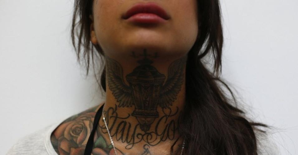 28.set.2013 - Jovem mostra tatuagens em seu pescoço durante 9ª Convenção Internacional de Tatuagem em Londres. O evento reúne cerca de 300 artistas