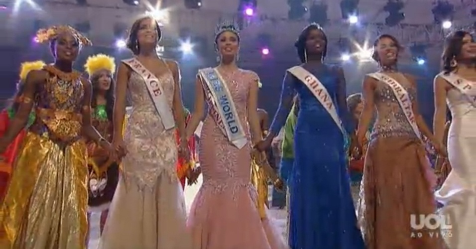 28.set.2013 - Miss Filipinas (centro) é escolhida Miss Mundo 2013. À esquerda na imagem está a Miss França que ficou em segundo lugar e à direita está a Miss Gana, que foi a terceira colocada no concurso