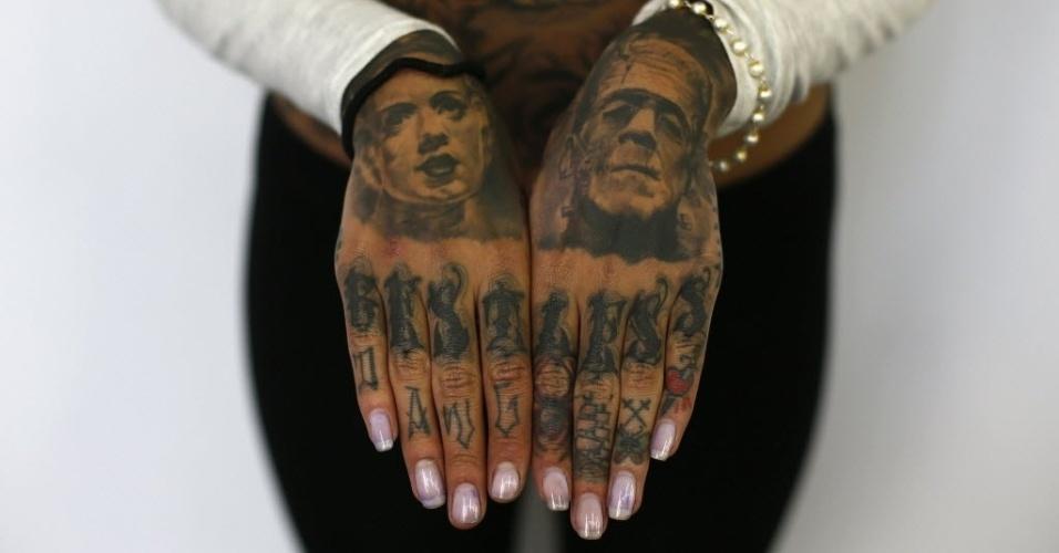 28.set.2013 - Mulher exibe mãos tatuadas durante 9ª Convenção Internacional de Tatuagem em Londres. O evento reúne cerca de 300 artistas