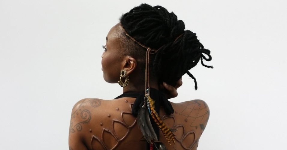28.set.2013 - Mulher mostra tatuagens pelo corpo durante 9ª Convenção Internacional de Tatuagem em Londres. O evento reúne cerca de 300 artistas