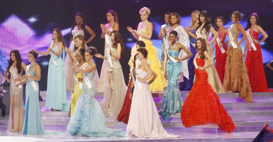 28.set.2013 - Participantes do Miss Mundo 2013 participam de performance no palco durante o início do concurso realizado em Bali, na Indonésia
