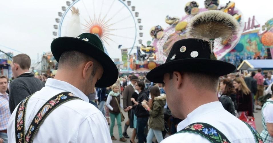 28.set.2013 - Vestidos com roupas típicas, alemães aproveitam a Oktoberfest, famoso festival de cerveja que acontece anualmente em Munique. O evento vai até o dia 6 de outubro