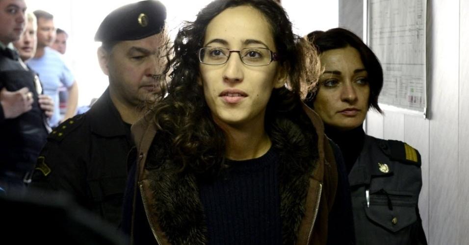"""29.set.2013 - Escoltada pela polícia, a holandesa Faiza Oulahsen faz parte do grupo de ativistas do Greenpeace preso na Rússia, após a tentativa de invasão de uma plataforma de petróleo no Ártico. A Justiça do país ordenou a custódia por 20 dias dos integrantes da instituição, que defende o meio ambiente. O Greenpeace, por sua vez, tenta a soltura de seus ativistas e diz que a atitude do governo Putin lembra a """"arbitrariedade"""" do sistema judicial da antiga União Soviética"""
