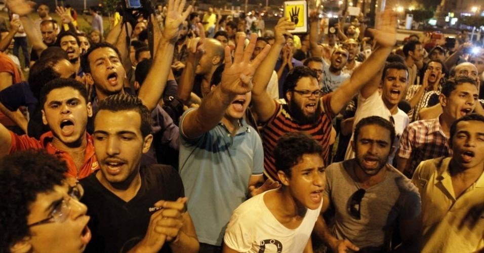 1°.out.2013 - Apoiadores de Mohamed Mursi fazem protesto no Cairo em defesa da Irmandade Muçulmana. Na semana passada, o grupo teve suas atividades e bens congelados por meio de decisão judicial. A Irmandade apresentou um recurso contra a decisão, nesta terça-feira (1°). A previsão é que o Tribunal de Assuntos Urgentes, que ditou a sentença, estude no próximo dia 22 de outubro o recurso dos islamitas
