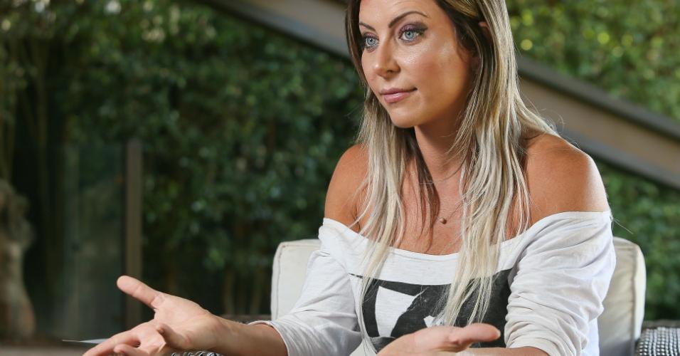 1º.set.2013 - A modelo e agente de investimentos Luciane Hoepers, suspeita de participar da quadrilha que lavava dinheiro e desviava recursos de fundo de pensão, durante entrevista a Folha no escritório do advogado