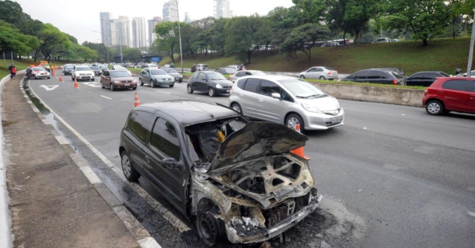 1º.out.2013 - Um carro pegou fogo na avenida 23 de Maio, zona sul de São Paulo, na manhã desta terça-feira (1º), provocando trânsito na região. Uma faixa foi interditada, no sentido aeroporto de Congonhas, na altura do túnel Ayrton Senna. Não há vítimas, segundo o Corpo de Bombeiros
