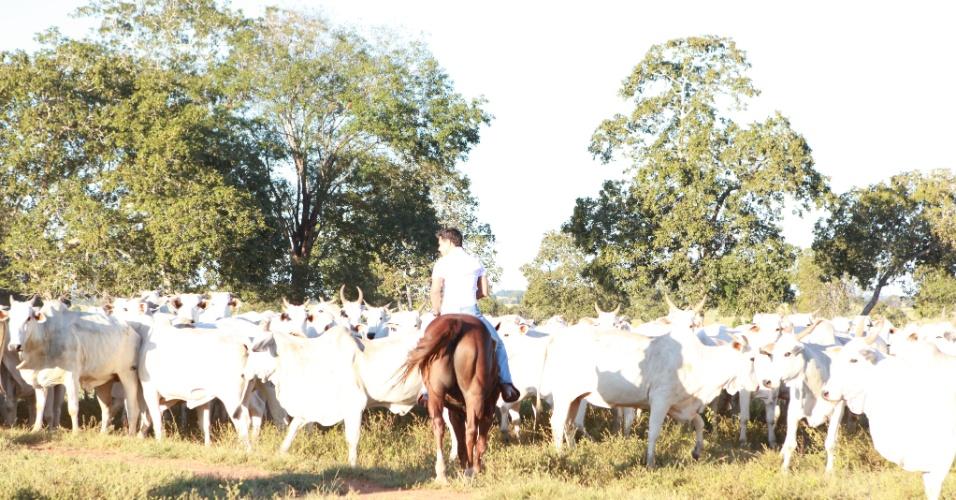 Nas horas vagas, o cantor sertanejo gosta de andar a cavalo em sua propriedade e acompanhar de perto a evolução do gado