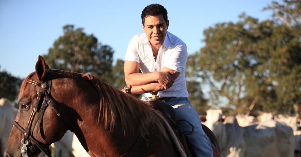 O sertanejo Zezé Di Camargo tem a pecuária como segunda profissão. Dono da fazenda É o Amor, localizada em Araguapaz (GO), o cantor cria gado da raça nelore e pretende se tornar o principal produtor de melhoramento genético do país