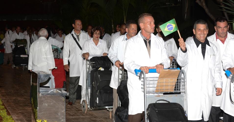 2.out.2013 - Cerca de 250 médicos cubanos desembarcaram em Brasília durante a madrugada desta quarta-feira (2). Até o fim da semana, 2.000 médicos cubanos terão chegado ao Brasil. Na segunda-feira (7), eles iniciarão um curso com duração de três semanas, com aulas de saúde pública e língua portuguesa. Além dos 2.000 cubanos, os 149 médicos com diploma do exterior que foram selecionados para a segunda fase do Programa Mais Médicos iniciam o curso na próxima segunda-feira. As aulas ocorrerão no Distrito Federal, em Fortaleza, Vitória e Belo Horizonte. Em seguida, eles seguirão para os municípios em que vão atuar