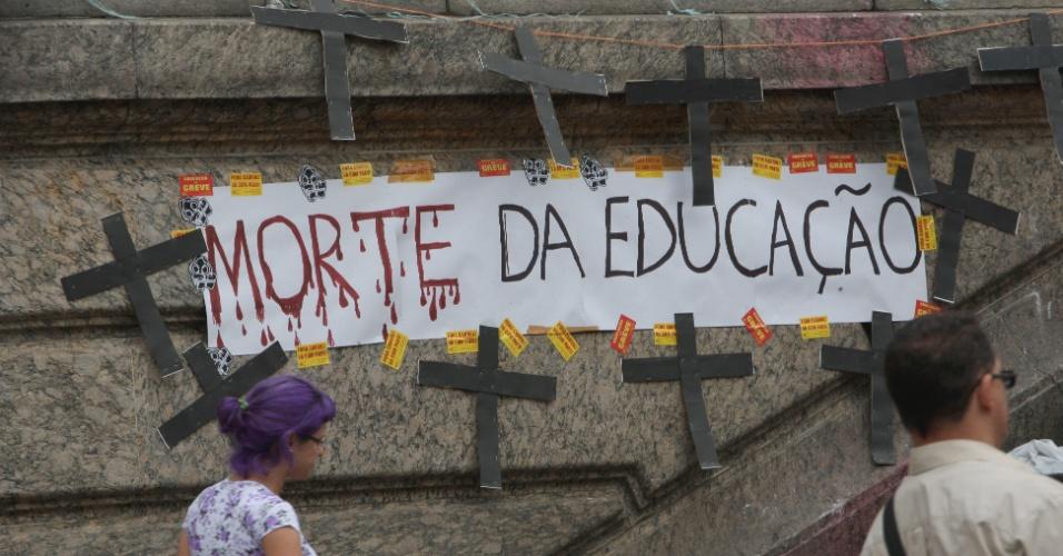 03.out.2013 - Cartazes foram colados nas paredes da Câmara dos Vereadores do Rio de Janeiro, na Cinelândia, e estátuas ao redor do prédio em forma de protesto contra a aprovação do projeto de lei do plano de cargos e salários dos professores do município