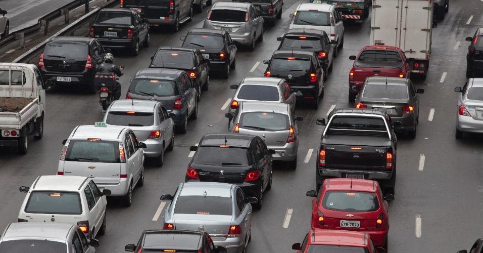 3.out.2013 - Motoristas enfrentam trânsito lento na radial Leste, nesta quinta-feira (3), em São Paulo. As chuvas que atingiram a cidade esta semana provocaram filas acima da média, de acordo com a CET (Companhia de Engenharia de Tráfego)