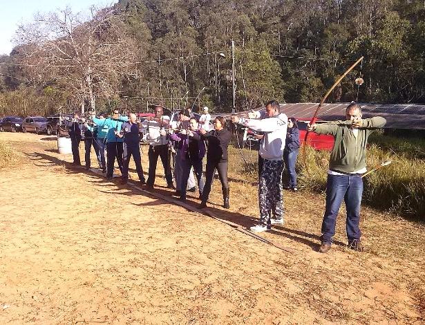 Guardas municipais de Várzea Paulista (42 km de São Paulo) treinam com arco e flecha uma vez por semana