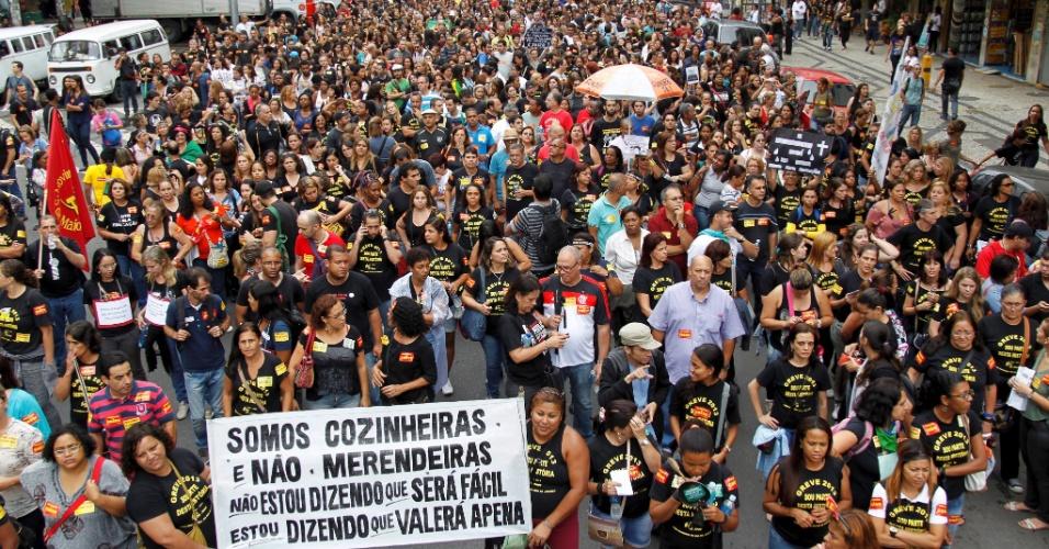 4.out.2013 - Após decidirem manter a greve iniciada no dia 8 de agosto, os profissionais da rede municipal de educação do Rio saíram em passeata em direção à prefeitura