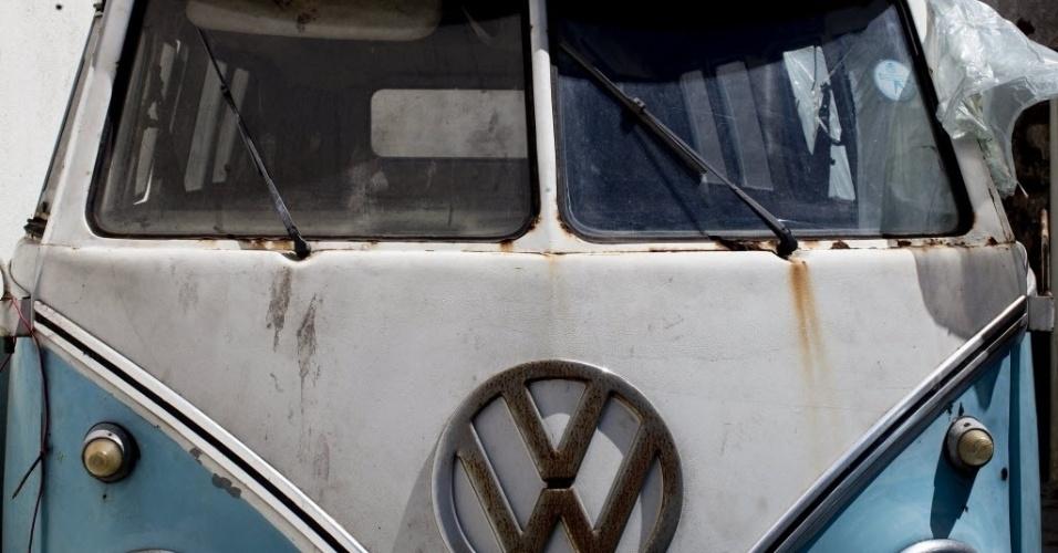 4.out.2013 - Kombi de 1972 aguarda restauração , antes de ser transportada para a Europa. Enquanto na Europa a Kombi deixou de ser produzida no final da década de 70, no Brasil, ela será fabricada até o dia 31 de dezembro deste ano. Muitos fãs europeus se viram obrigados a atravessar o oceano para comprar o veículo