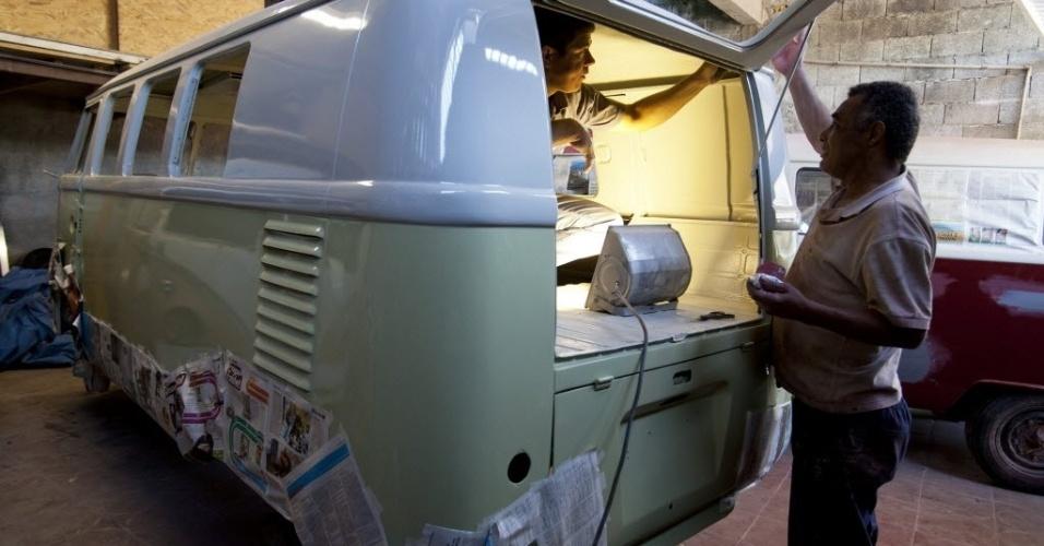 4.out.2013 - Mecânico trabalha na restauração de uma Kombi de 1962 que será transportada para a Alemanha. Enquanto na Europa a Kombi deixou de ser produzida no final da década de 70, no Brasil, ela será fabricada até o dia 31 de dezembro deste ano. Muitos amantes europeus se viram obrigados a atravessar o oceano para comprar o veículo
